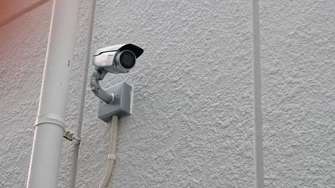 ゴミ捨て場のゴミの不法投棄にお困りとの事で、ハウジング一体型のカメラを設置しました。赤外線照明を搭載しており夜間でも監視可能です。